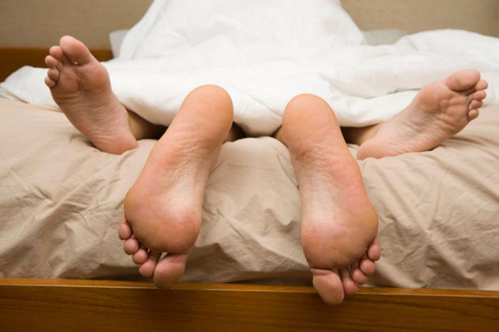 pénisz a lábak között